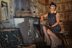 Frau sitzt durch den Kamin Lizenzfreies Stockfoto
