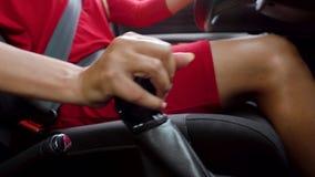 Frau sitzt in einem Auto und in den Schiebegängen auf einem Getriebe Sicherheitsgurt befestigt stock footage