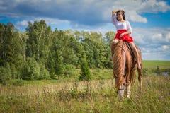Frau sitzt zu Pferd stockfoto