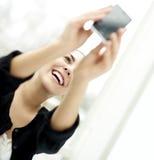 Frau smilng, das aufwärts ein selfie nimmt Lizenzfreie Stockbilder