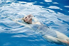 Frau in smimming Pool Stockfotos