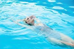 Frau in smimming Pool Lizenzfreie Stockfotografie
