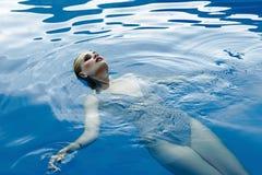 Frau in smimming Pool Stockbilder