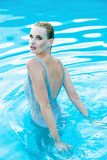 Frau in smimming Pool Stockfotografie