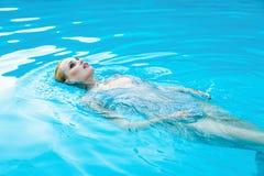 Frau in smimming Pool Lizenzfreie Stockfotos