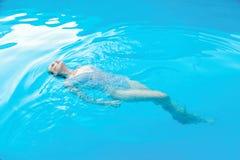 Frau in smimming Pool Stockbild