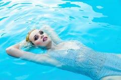 Frau in smimming Pool Lizenzfreie Stockbilder