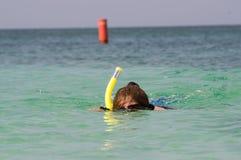 Frau snorkles in den Karibischen Meeren Lizenzfreie Stockfotos