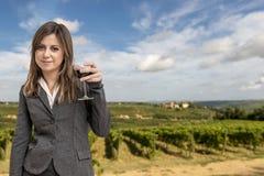 Frau Sommelier in den Weinbergen Stockfoto