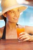 Frau am Sommer mit Cocktail Lizenzfreies Stockbild