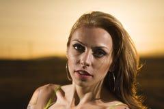 Frau am Sonnenuntergang Stockfotos