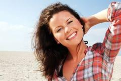 Frau am sonnigen Strand. lizenzfreie stockfotos