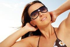 Frau am sonnigen Strand. Stockfoto