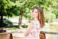 Frau am sonnigen Tag im Park lizenzfreie stockbilder