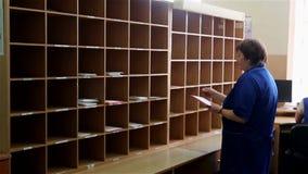 Frau sortiert Briefe stock footage
