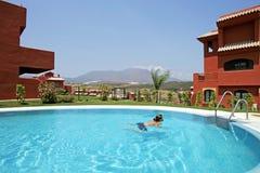 Frau in Spanien, schwimmend im Pool Lizenzfreies Stockfoto