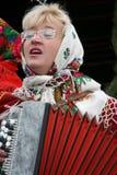 Frau spielt das Akkordeon Stockbild
