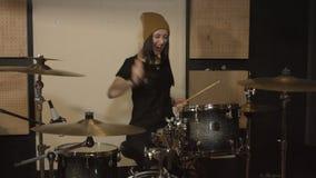 Frau spielt die Trommeln im Studio stock video footage