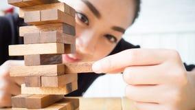 Frau spielt Holzklotz Stockbilder