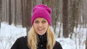 Frau spielt mit einem Schnee bei Snowy Forest Outdoor stock video