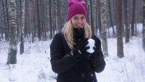 Frau spielt mit einem Schnee bei Snowy Forest Outdoor stock footage