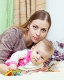 Frau spielt mit ihrem Baby Lizenzfreie Stockfotos