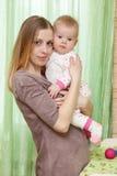 Frau spielt mit ihrem Baby Stockbilder