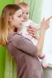 Frau spielt mit ihrem Baby Lizenzfreies Stockbild