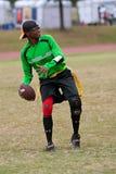 Frau spielt Quarterback auf Markierungsfahnen-Fußball-Team lizenzfreie stockfotografie