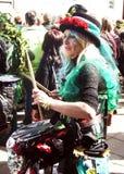 Frau spielt Trommel im Karneval Stockfoto