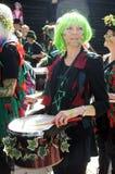 Frau spielt Trommel im Karneval Stockbilder