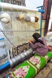 Frau spinnt einen Teppich eigenhändig in Kairouan, Tunesien lizenzfreie stockfotos