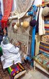 Frau spinnt einen traditionellen Teppich eigenhändig in Kairouan, Tunesien lizenzfreie stockbilder