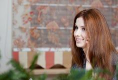 Frau spricht über den Handy an der Gaststätte lizenzfreie stockfotos