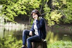 Frau spricht durch Handy Stockfotos