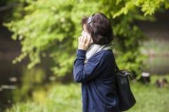 Frau spricht durch Handy Lizenzfreies Stockfoto
