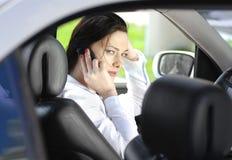 Frau spricht durch Telefon stockfotografie