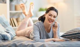 Frau spricht an einem Telefon stockfotos