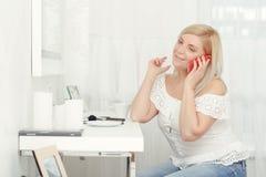 Frau spricht telefonisch Lizenzfreies Stockfoto