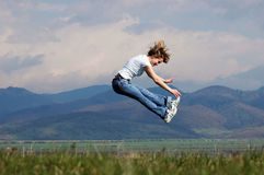 Frau springen lizenzfreie stockfotos