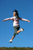 Frau springen draußen Stockbild