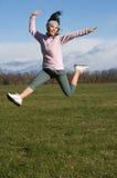 Frau springen draußen Lizenzfreie Stockbilder