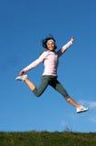 Frau springen draußen Lizenzfreies Stockfoto