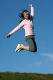 Frau springen draußen Lizenzfreie Stockfotos