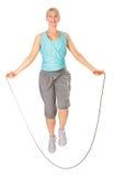 Frau springt mit einem überspringenden Seil Stockfotos