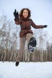 Frau springt vorwärts, Wintertag Stockfotografie