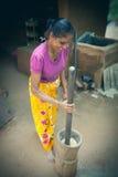 Frau Sri Lankan, die den Reis bearbeitet Stockfoto