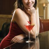 Frau am Stab mit Getränk. Lizenzfreies Stockfoto