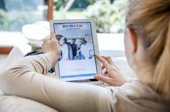 Frau startet Autoanwendung Bla Bla auf Lenovo-Tablette Lizenzfreie Stockbilder
