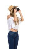 Frau in Staw-Hut, der ein Foto macht Stockfotografie